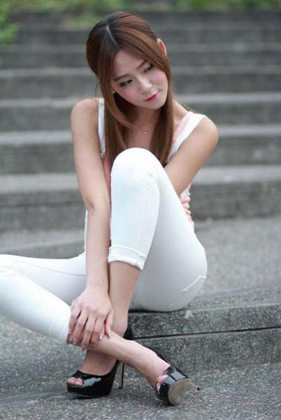 紧身裤能展现出女人不同的魅力,显现出妩媚动人的气质
