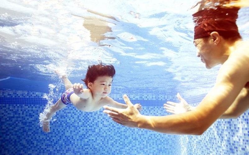 学游泳越早越好?学会就能救人?关于游泳,你不知道的几个误区
