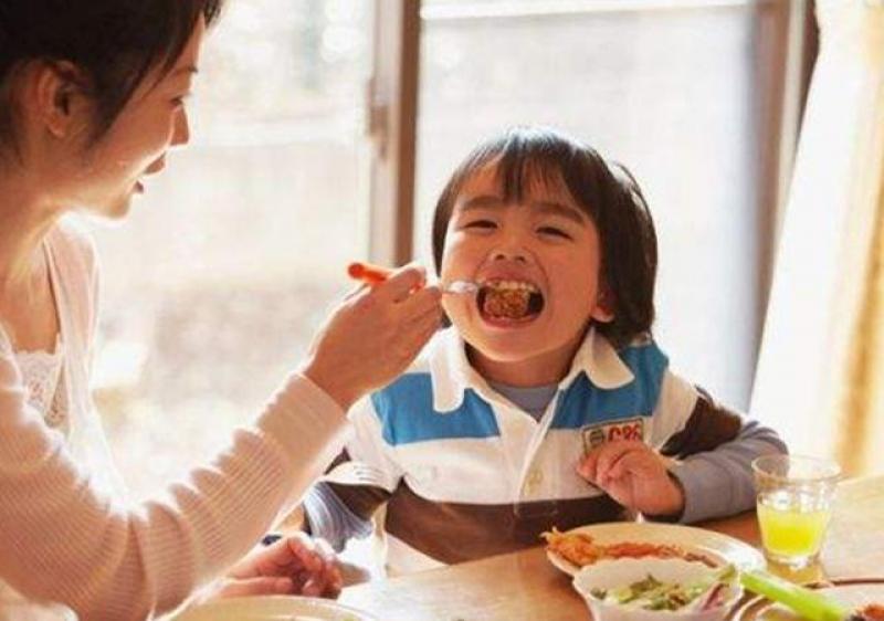 """【喵星人的世界】带儿子做客,儿子小声说""""菜太难吃"""",面对尴尬,妈妈的做法大赞"""