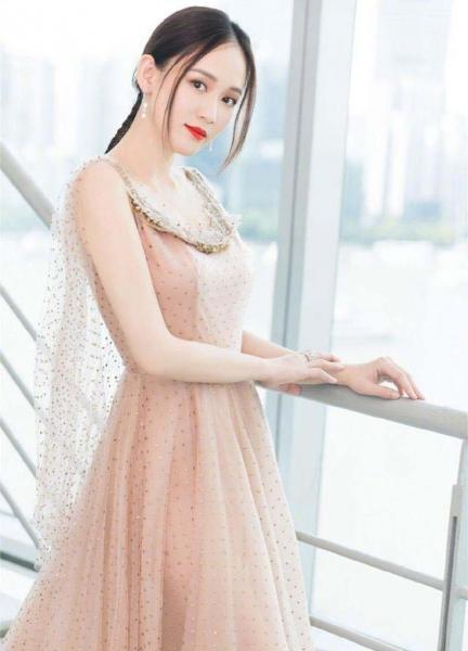 陈乔恩:半透明蕾丝长裙暴露腿型,有时间闲起来不如瑜伽练起来