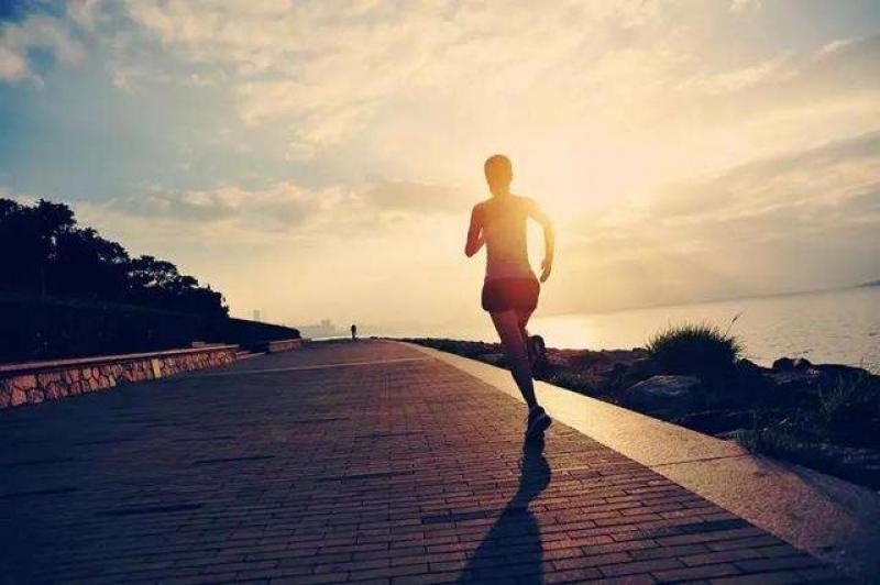 【很酷又爱笑】备战马拉松垃误区,垃圾跑量是罪魁祸首?怎样提高跑步质量