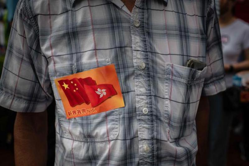 """【男人不拽要俊逸】港独""""暴徒打美国旗大闹机场围堵老人,莫让蛇鼠之辈葬送香港未来"""