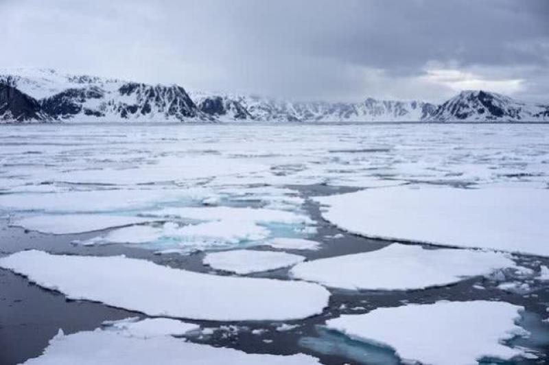 【男人不拽要俊逸】北极出现48次强烈闪光,被地球轨道卫星记录,专家这样解释