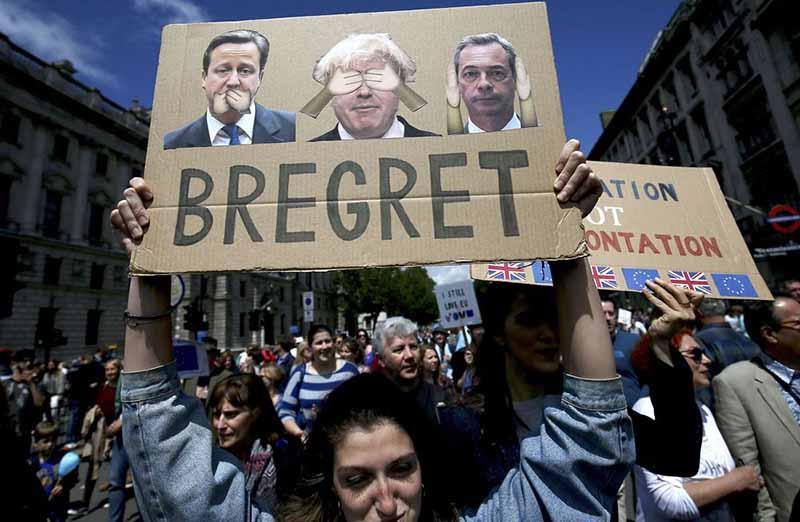 【拧巴小姐姐】英国警方不淡定了,悍然出手使用暴力,大量抗议群众被抓捕