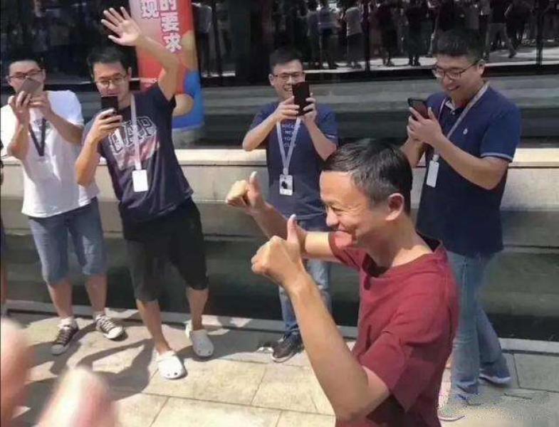 宣布卸任阿里巴巴董事局主席 马云哭了