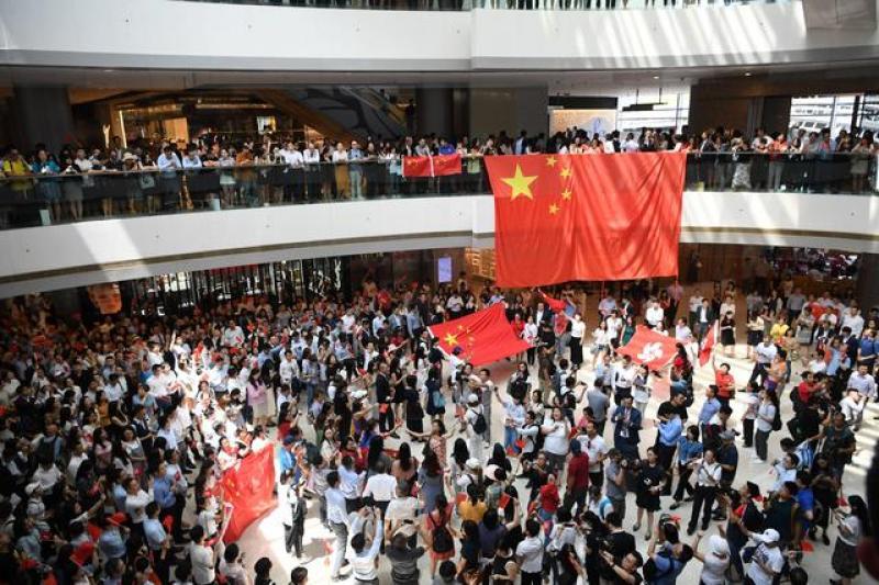 """""""勇敢站出来!反对暴力!""""——香港市民发起""""齐唱国歌""""快闪"""
