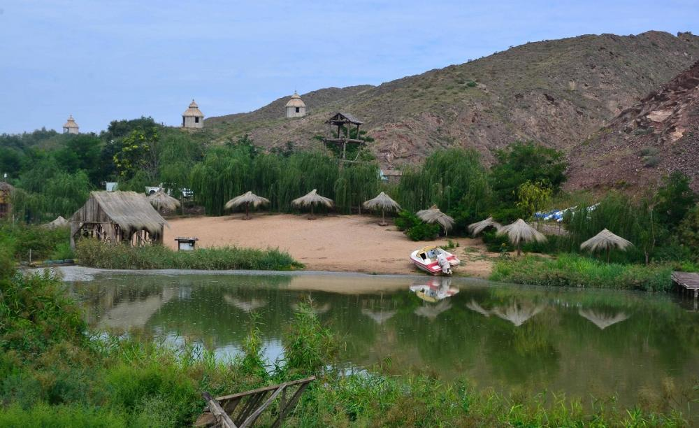 甘肃有位67岁大爷,花12年投资3000多万,在荒漠建了一个世外