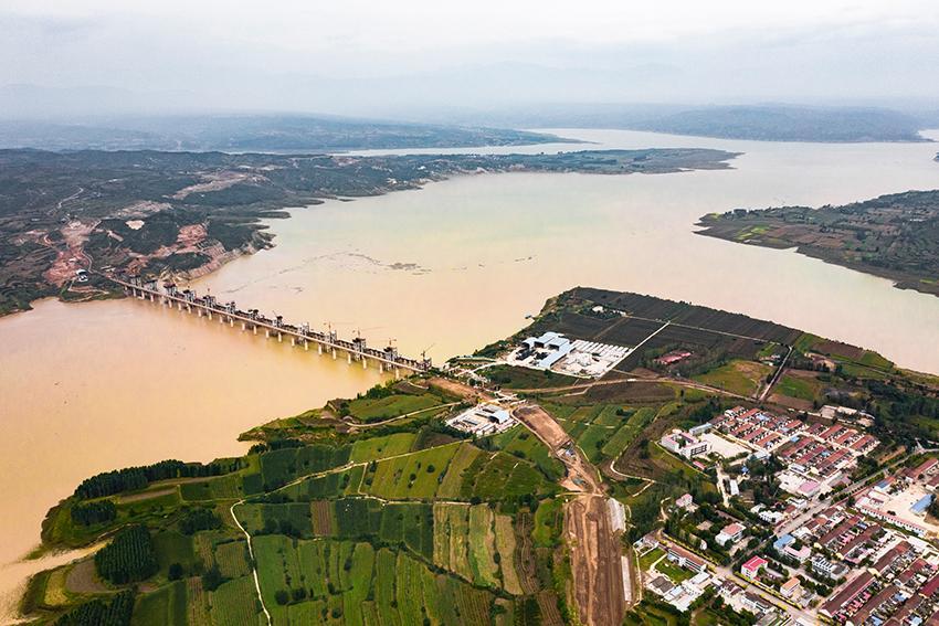 实拍黄河一古渡口,这里曾设县37年,如今变水库,后人建牌坊纪念
