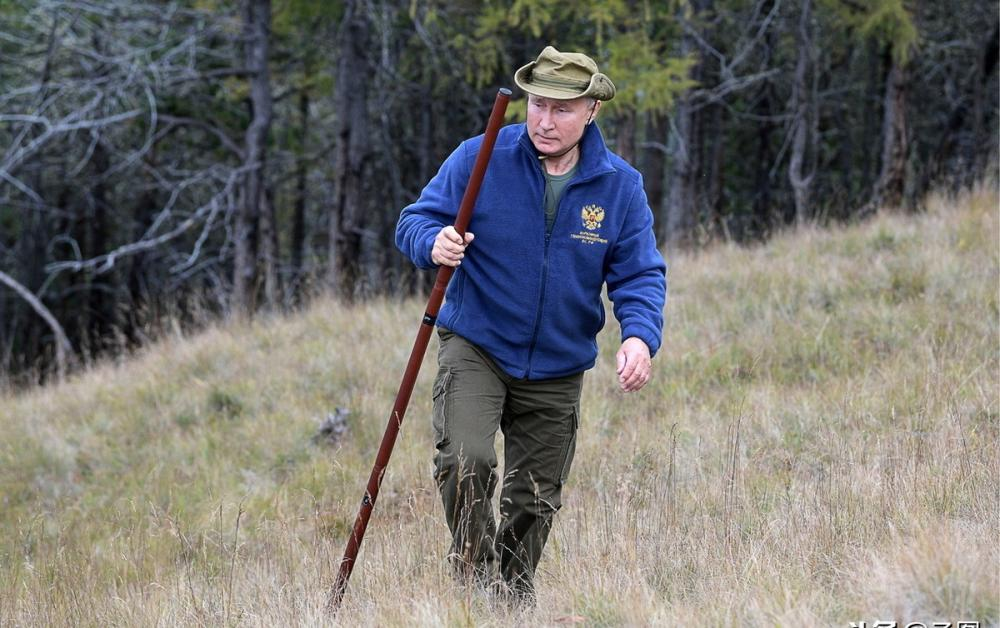 登山采菇野炊,普京67岁生日前再赴西伯利亚,这次没有赤膊骑马