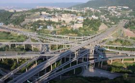 这座立交桥共有五层20条匝道,让外地司机抓脑,让导航也会犯迷糊