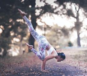 【夏日天浅蓝】一名瑜伽人,就要像一棵大树