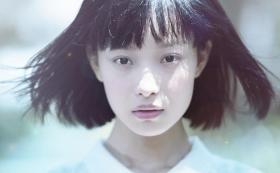 【白衣折扇翩翩少年】倪妮有一种接地气的特质,给人感觉是一个带有男孩子气的邻家学妹