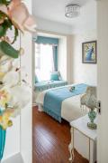 次卧布置简单,精美的欧式床+床头柜+定制衣柜;还有一个小飘窗,铺上坐垫,摆放两个抱枕,小而温馨。