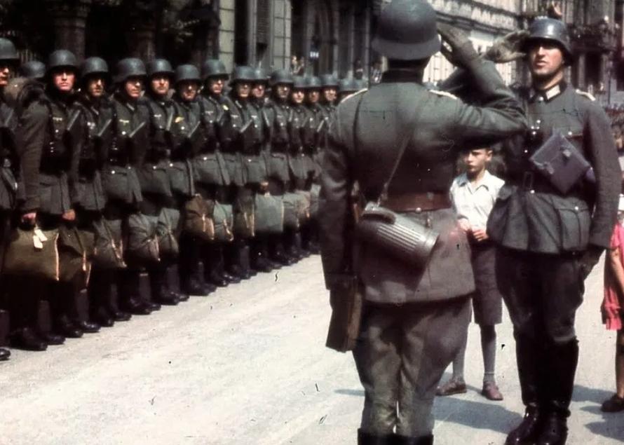德占时期的巴黎:入目之下全是纳粹旗帜,看看阅兵的德军有多疯狂