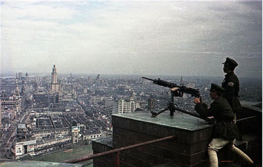 罕见老照片:1949年解放后的上海,图1机枪手在楼顶保卫上海领空