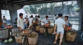 1985年广州:图3穿拖鞋的广州男子,放到现在都是有钱人了