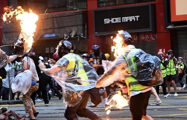 【权王万丈光芒】香港一日丨蒙面暴徒再挑衅 驻港部队举黄旗