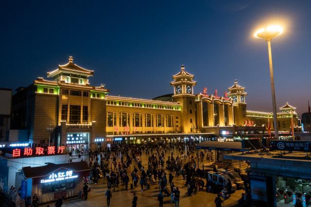 北京站持续迎返程高峰 旅客排队进入地铁