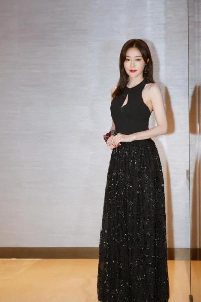 38岁秦岚闯入时尚圈,越来越有韵味,惹人喜爱,网友:漂亮迷人