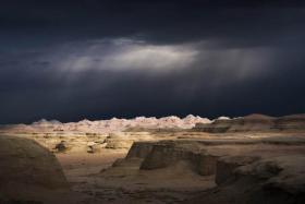 【姐时淑女时汉子】新疆有一座荒城,一对夫妇来挑战,天还没亮就赶紧走了