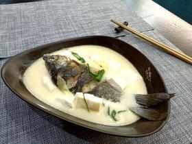 【逢仒三分笑】老公炖鱼汤有绝招,乳白细腻我能喝1大锅,其实秘密全在第1步