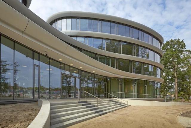 荷兰这个由木材和 165312 个螺丝组装的建筑,可 100%