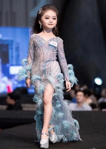 【女性】泰国6岁女孩参加选美获得冠军,一身浓妆打扮,网友:气质像26岁
