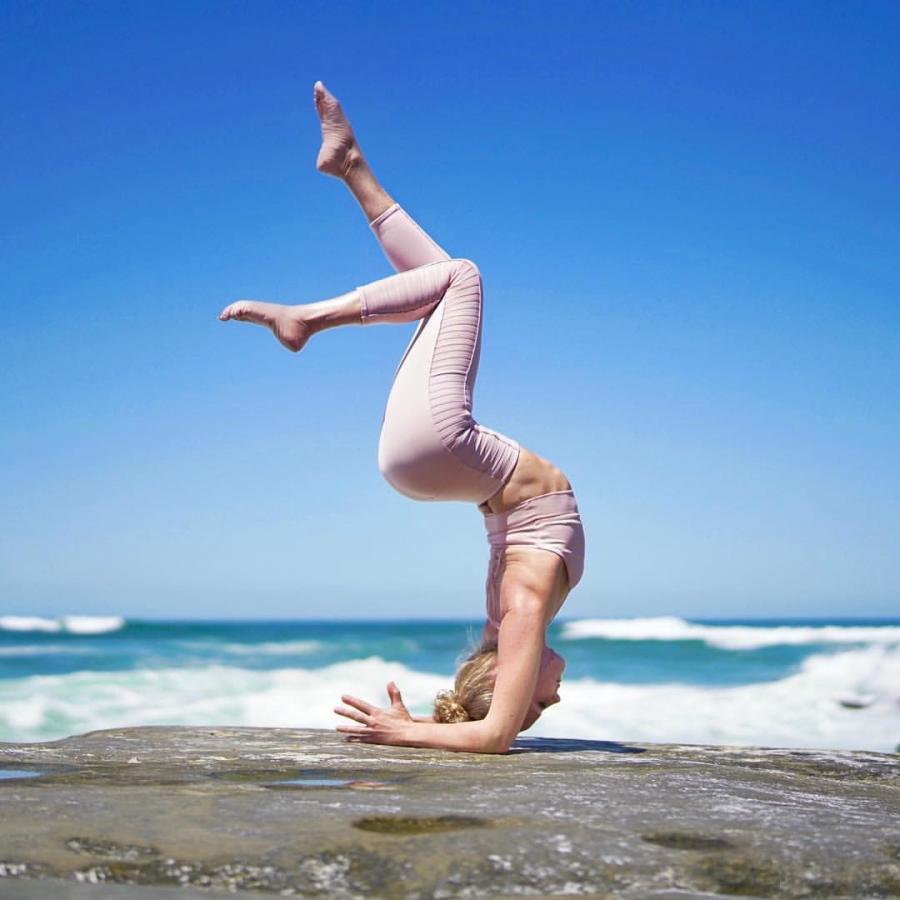 【萌心菇凉】练习瑜伽的女子,犹如清风明月