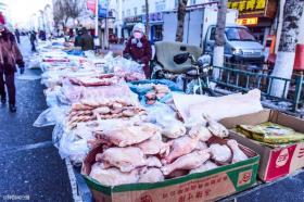 """【軟萌少女范】黑河零下40度的早市,民众保暖有""""神器"""",这双巨型花鞋最亮眼"""
