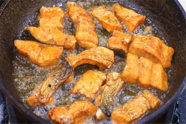 鱼块不用烤也焦香四溢,教你简单家常做法,一腌一煎好吃下饭