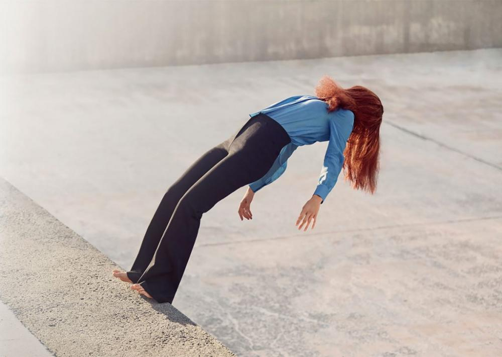 不可能平衡的舞者在分阶段拍摄的背景和令人难以置信的定时照片