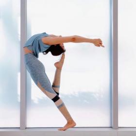 【很酷不放纵】任凭岁月摩挲,瑜伽女人却越发迷人有魅力