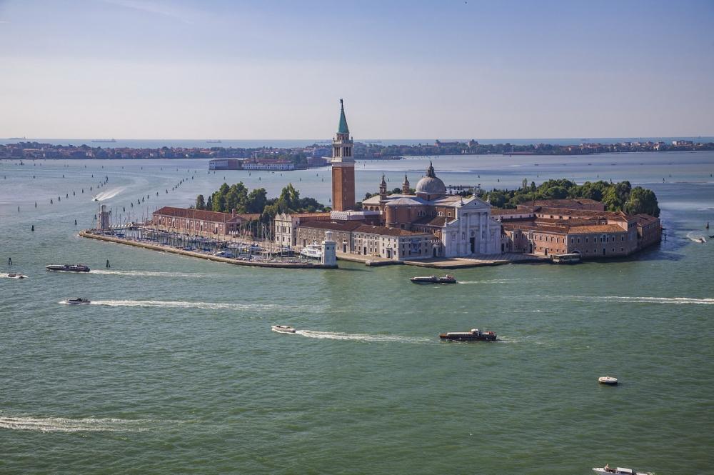 """今天看到媒体报道,说威尼斯又被淹了!水淹威尼斯,按说近几年新闻不断有传出,但这次可不一样,近80%的威尼斯处于水下,城市进入""""紧急状态""""!早就有预言,说是随着环境变化,全球有十大目的地将会消失,威尼斯被列为榜首。威尼斯的美景还能存留多久?今天专门为大家推送一组笔者拍摄的威尼斯风光,这是大哉圣乔治岛与大哉圣乔治教堂。从这张图也能看出来,这些历史建筑就像""""漂""""在水中一样。"""