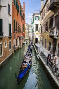 对全球游客而言,威尼斯都是极为理想的旅游目的地,像图中这种场景,是大家见的最多的威尼斯风光,两侧是古建,中间是水巷,贡多拉船载着游客在其中穿梭体验。