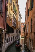 """再来看几张水巷的照片。这巷子够窄的,虽然楼并不高,但在这样的巷子里,都显得成了""""高楼大厦""""。"""