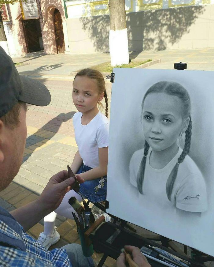 神乎其技!俄罗斯艺术家给路人画的素描逼真似照片