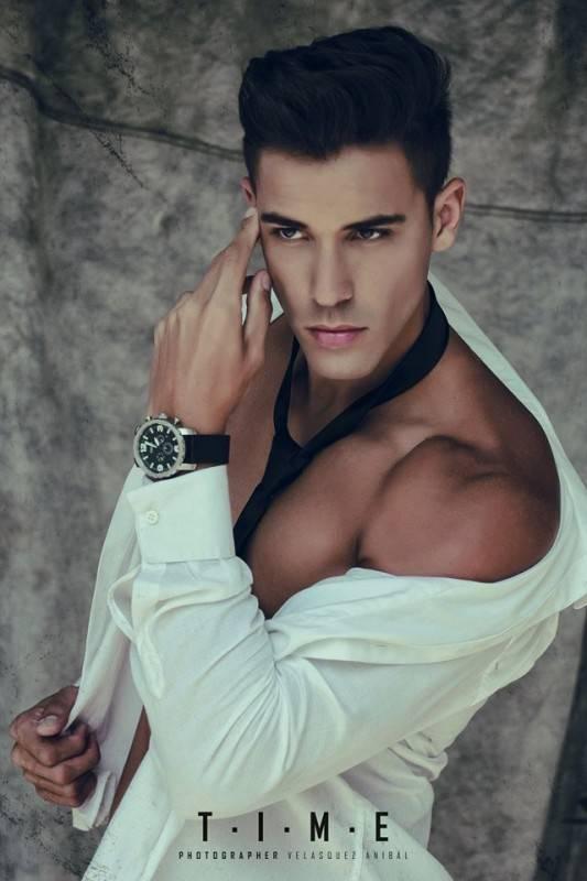 外国男模写真:白衬衫和小麦色的胸肌,棱角分明的脸充满刚毅