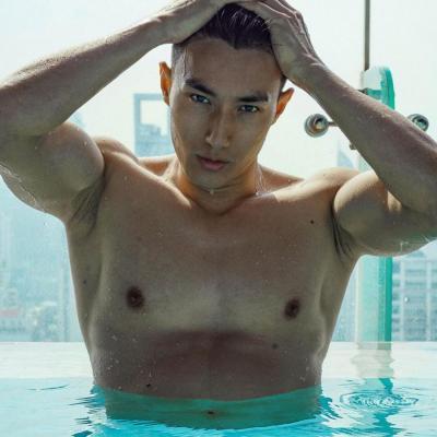 【惦着脚尖摘太阳】男模赵承右,皮裤,西装,泳池这张实在是太梦幻太迷人了