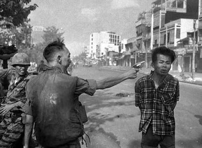 越南战争令人难忘的照片:南越警察当街枪杀越共,美军战场受重伤