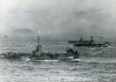 硫磺岛战役罕见旧照:美国海军陆战队强行登陆,俘虏的日本士兵