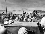 【如花的旋律】硫磺岛战役罕见旧照:美国海军陆战队强行登陆,俘虏的日本士兵
