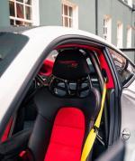 Porsche 911 GT2 RS (Weissach),作为991代车型的收官之作,保时捷911 GT2 RS采用了非常激进的外观设计风格,其中前保险杠两侧开口更大,从而为新车带来更好的散热性能。新车整体采用了轻量化设计,红黑撞色搭配看起来极具运动感,同时大面积碳纤维材质的应用,以及减少车门把手、后排座椅等,使得新车的整备质量仅有1470kg。这个座椅看起来坐着不会很舒服,这就是我不买它的原因