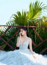 【北朽暖栀】关晓彤深V银色闪光裙露出绝美的天鹅颈,仙气飘飘