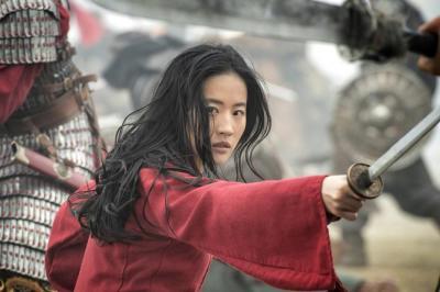 《花木兰》曝新剧照 刘亦菲战场挥剑又美又能打