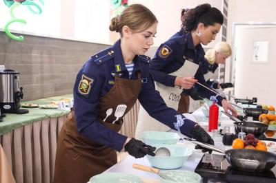【萌面女超人】颜值和厨艺都很高:看俄空降部队女兵下厨做饭