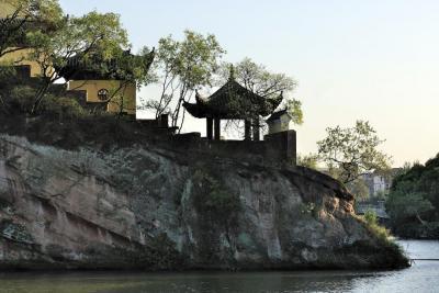 """黄冈市著名文化古迹和游览胜地,因其""""陡峭如壁、颜色赤红""""得名"""