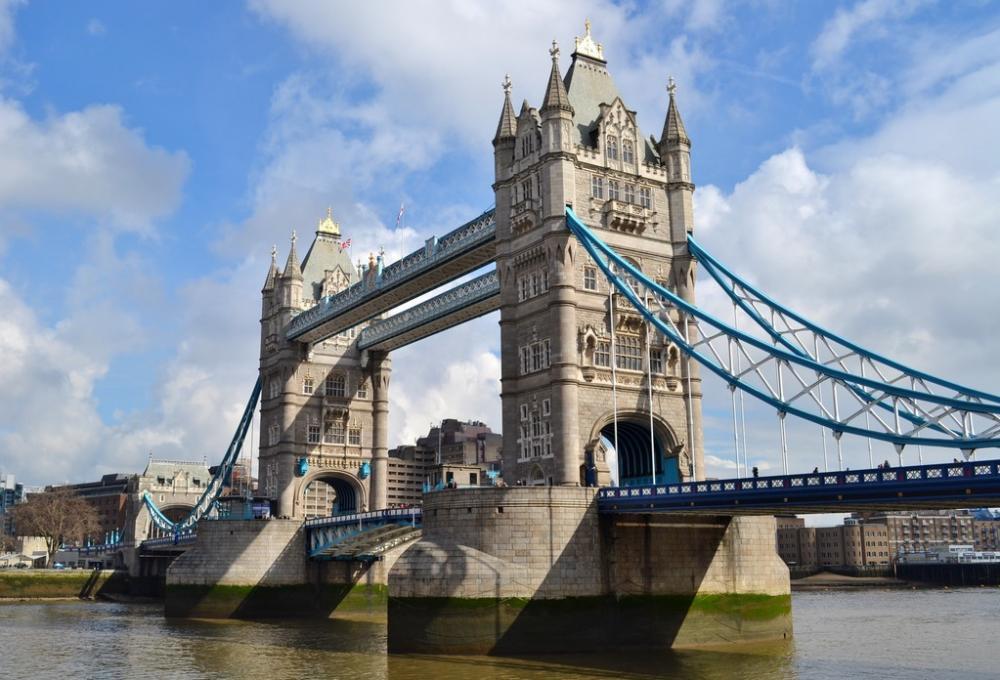 伦敦塔是伦敦市中心的一座宫殿和城堡,英国皇室的象征