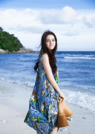 """【高姿态男子】""""迪丽热巴""""在沙滩上玩耍,显得更加""""风情万种"""""""