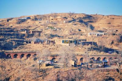 陕北农村影像:窑洞、羊群、柴垛,生活平静如水