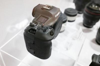 【触摸阳光】佳能EOS R5将会采用SD和CFexpress双卡槽设计